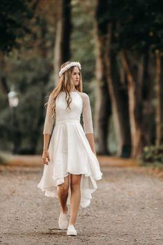 Vi elsker alt ved denne kjole. Den trendy konfirmationskjole med det lange chiffon skørt bagtil falder så smukt. Ærmerne og ryggen i det smukke prikstof giver kjolen lidt ekstra kant. Kjolen er en del af Fuhrmanns 2021 kollektionen. Kjolen, Girls Dresses, Flower Girl Dresses, Chiffon, Wedding Dresses, Fashion, Dresses Of Girls, Silk Fabric, Bride Dresses