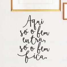 """Adesivo de parede com frase da Pequenas Causas: """"Aqui só entra o bem, só o bem fica""""."""