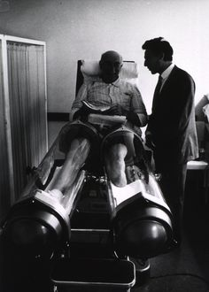 Strange Medical Instruments From the Past That Make You Shudder This old man is sitting in a machine that is used to stimulate blood circulation in the legs. Technology Careers, Technology Articles, Medical Technology, Medical Science, Technology Innovations, Technology Design, Medical Pictures, Vintage Nurse, Medical Laboratory