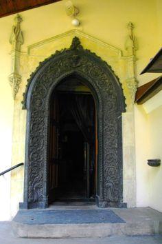 Alwernia- wejście do kościoła klasztornego ... naszym przedpołudniowym celem jest Alwernia- małe miasteczko na szczycie pagórka, znane głównie dzięki klasztorowi Bernardynów.