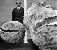 Lucio Fontana alla mostra delle Nature Parigi, Galerie Iris Clert, 1961 ©…