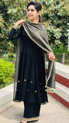 Punjabi Suits Designer Boutique, Indian Designer Suits, Boutique Suits, Patiala Suit Designs, Kurti Designs Party Wear, Indian Attire, Indian Outfits, Pakistani Dresses Casual, Embroidery Suits Design