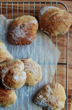 Tartine bread-boller med mange hævninger. Jeg udelader evt. Foldning af dejen. Bagt med ca. 150 g fuldkornsmel, 150 g ølandshvede og resten ca. 3-400 g hvede. Som 2 brød skal de have ca 35 min. I ovnen