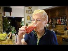 """""""Cvičenie je kráľ a výživa je kráľovná, dajte ich dokopy a máte kráľovstvo.""""   Tieto slová Jacka Lalanna, starého otca svetového fitness, nestratili na platnosti ani po desiatkach rokoch.  Jack Ĺalanne už síce nie je medzi nami (dožil sa 96 rokov), ale jeho už 90-ročná manželka Elaine je stále dôkazom jeho výroku.   https://www.youtube.com/watch?v=Pbu296JJNeo  http://www.jacklalanne.com"""