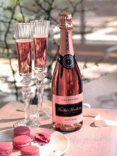 Rosé champagne & macarons.  C'est vrais, vie, c'est très belle!