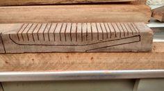 """Apenas ferramentas manuais foram utilizadas na tentativa de produção do """"cigar box ukulele"""".  Após marcar a madeira com o gabarito, um serrote foi utilizado para fazer cortes que chegassem o mais próximo possível das marcações para que a sobra de madeira fosse removida de uma maneira mais fácil, posteriormente."""