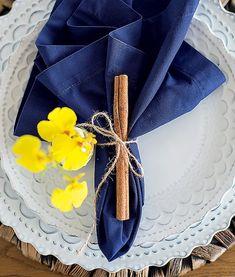 Um simples pau de canela e um pedaço de fio de sisal garantem um anel de guardanapo simples, porém elegante | Rogério Voltan/Editora Globo | napkin