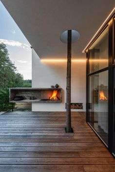 Expressive modern style house is designed in a lot surrounded by nature. Large windows connect the interior and exterior spaces. Architecture Cool, Contemporary Architecture, Contemporary Design, Modern Design, Modern Fireplace, Fireplace Design, Residential Lighting, Forest House, Exterior Lighting