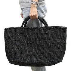 とても丈夫なことからロープなどに使用されるサイザル麻(リュウゼツラン科の植物)で作られたかごバッグ。
