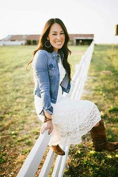 Fixer Upper's Joanna Gaines Answers All Your Renovating Questions - Fixer Upper's Joanna Gaines Answers All Your Renovating Questions Johanna Gaines Style, Mode Outfits, Fashion Outfits, Fashion Clothes, Stylish Outfits, Dress With Jean Jacket, Cowgirl Style Outfits, Lace Dress, Dress Up