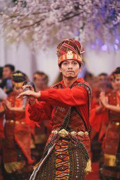 Batak Wedding - Kebaya by Edward Hutabarat - www.thebridedept.com