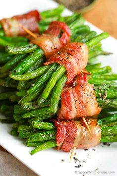 Tender green beans wrapped in bacon & brushed with a b… Bacon Green Bean Bundles. Tender green beans wrapped in bacon & brushed with a brown sugar glaze are easy enough for a weeknight meal or to serve to guests! Bacon Wrapped Green Beans, Green Beans With Bacon, Bacon Recipes, Vegetable Recipes, Beans Recipes, Pasta Recipes, Side Dish Recipes, Dinner Recipes, Green Bean Bundles