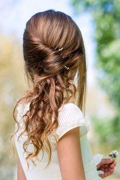 Une jolie coiffure pour une petite fille. Parfaite pour une cérémonie ou un mariage