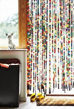 Gosta daquelas cortinas de porta? Temos uma ideia incrível. Faça círculos de feltro e costure em linha reta. Depois escolha a porta e instale! Faça do seu jeitinho #DIY #façavocêmesmo #decoração #design #madeiramadeira