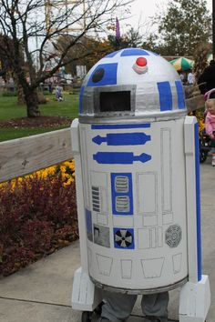 My son's homemade costume. R2d2 Costume, Star Wars Halloween Costumes, Diy Costumes, Costume Ideas, Cardboard Costume, Cardboard Crafts, Disney 5k, Trunk Or Treat, Spring Party