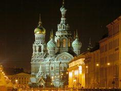 San Petersburgo es la ciudad de famosos museos y palacios aristocráticos, hermosos parques, majestuosos templos y magníficos monumentos!