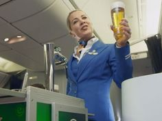 Heineken anuncia que ya darán cerveza fría en los aviones con un comercial  http://www.adweek.com/adfreak/heineken-klm-finally-figured-out-how-serve-freshly-tapped-draught-beer-airplane-173297