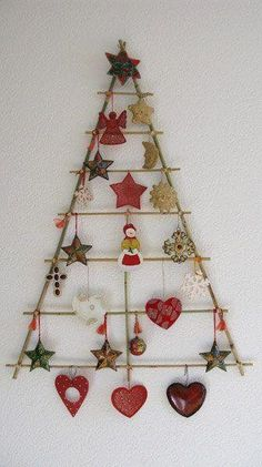 Manualidades de Navidad - christmas crafts You could hang Christmas cards that are received from here too. Wall Christmas Tree, Christmas Makes, Noel Christmas, Handmade Christmas, Christmas Ornaments, Xmas Tree, Wall Ornaments, Rustic Christmas, Simple Christmas