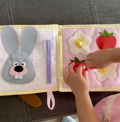 Diy Quiet Books, Baby Quiet Book, Felt Quiet Books, Toddler Learning Activities, Montessori Activities, Infant Activities, Kid Experiments At Home, Sensory Book, Sensory Play