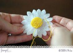 Quick felt daisy tutorial — whip up Material Flowers, Fabric Flowers, Felt Diy, Felt Crafts, Felt Flowers Patterns, Felt Roses, Flower Pillow, Daisy Pattern, Felt Decorations