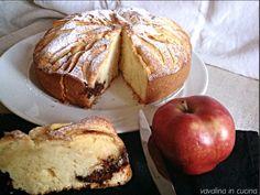 La torta di mele e nutella è una squisitezza che in casa mia ha riscosso molto successo! Non credevo molto nell'abbinamento, l'idea delle mele e della nutella insieme non mi convinceva moltissimo