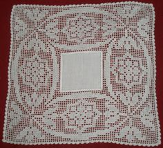 Crochet Tablecloth, Crochet Doilies, American Doll Clothes, Diy And Crafts, Dining Table Runners, Throw Pillows, Crochet Symbols, Cross Stitch Heart, Needlepoint