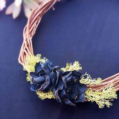 Um detalhe em pleno esplendor azul. Flores feitas à mão.  by a pajarita  #apajarita #floraldetails #flowers #detallespersonalizados #weddingdetails #handmade #tissueflowers