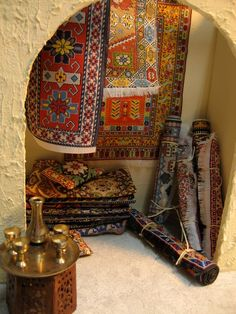 all the rugs were bought a few years ago in Turky. they were on cards Miniature Houses, Miniature Dolls, Miniature Furniture, Dollhouse Furniture, Diy Dollhouse, Dollhouse Miniatures, Arabian Pattern, Arabian Tent, Fairy Houses
