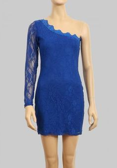 Vestido de encaje en color azul.
