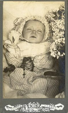 Baby Post mortem, holding a rosary. Photo Post Mortem, Post Mortem Pictures, Memento Mori, Louis Daguerre, Victorian Photos, Victorian Era, Vintage Pictures, Old Pictures, Vintage Images