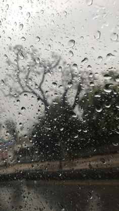 Wallpaper of rainwater drops on window & glass. Rainy Mood, Rainy Night, Rainy Wallpaper, Tumblr Wallpaper, Rainy Day Pictures, I Love Rain, Spooky Trees, Rain Days, Rain Photography