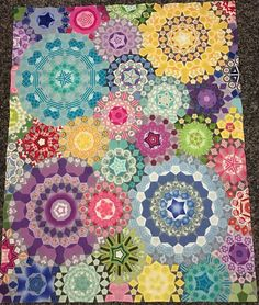 Lovely use of color and texture . Quilting Projects, Quilting Designs, Patchwork Designs, Paper Piecing Patterns, Quilt Patterns, Hexagon Quilt, Hexagons, Millefiori Quilts, Colorful Quilts