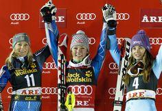 © Kraft Foods / Das Siegerbild mit Mikaela Shiffrin in der Mitte - Hochspannung war angesagt, beim Nachtslalom der Damen im schwedischen Are. Mit einem fulminanten Lauf holte sich die 17-Jährige US Amerikanerin Mikaela Shiffrin ihren Premierensieg in einer Gesamtzeit von 1:45.36 Minuten vor der Schwedin Frida Hansdotter (+ 0.29) und der Weltcupgesamtführenden Tina Maze (+ 0.52) aus Slowenien. Tina Maze steht damit in dieser Saison zum neunten Mal auf dem Podium, dies gelang vor…