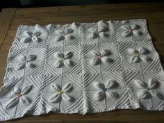 Het gebreide dekentje met blaadjes is klaar, bestaand uit 48 vierkantjes!  Wat is het mooi geworden....  :))