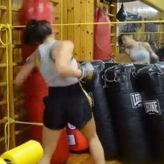 Dopo 1 ora di allenamento (preparazione atletica e tecniche) si prosegue con il sacco... #k1 #renbukai #monza #palestra #kickboxing #pugilato #thaiboxe #fullcontact #lightcontact #allenamento #training #sacco #ring #combattimento #agonismo #sparring #tecnica #ganci #nopainnogain #k1specialist #garavelli