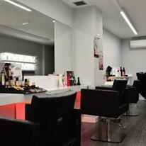 Juego de luces que resaltan el efecto del tapizado Black Damask de los sillones kubik de Salon Ambience instalados por ramos & Epi