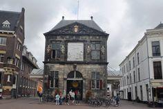 De monumentale kaaswaag van Gouda. daterend uit de 17e eeuw precies in het verlengde van het Stadhuis is nog steeds een icoon van de Stad Gouda. iedere donderdag in de zomermaanden vindt hier traditioneel het wegen van de kazen plaats. de rest van het jaar geopend voor toeristische doeleinden.