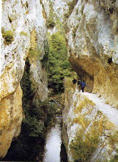 Valderejo es uno de los Parques Naturales de Alava. Lo que estamos viendo es el paso por la garganta de Herrán.