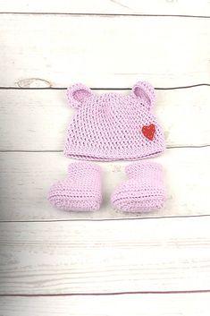 Súprava pre novorodenca je ručne háčkovaná z prírodného materiálu - z kvalitnej nórskej extra jemnej ružovofialovej 100% merino vlny vhodnej pre citlivú detskú pokožku. Čiapka je o...
