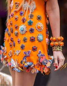 Love this mix of brooches and butterflies pinned to a tunic....v creative.