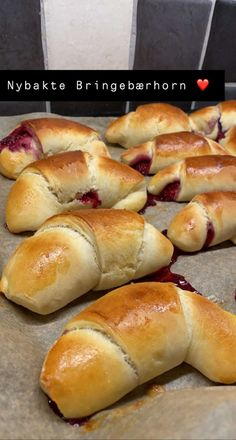 Vaniljehorn – kaldheving! – H J E M M E L A G A Hot Dog Buns, Hot Dogs, Viking Food, Food And Drink, Bread, Dessert, Caramel, Tips, Brot