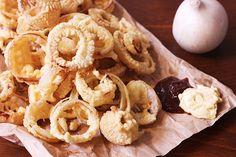 Gli anelli di cipolla fritti, tipici della cucina americana, sono semplici e veloci da preparare in casa. Un contorno incredibilmente gustoso dove la cipolla è l'ingrediente principale.
