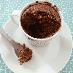 Mugcake:  1banaan, 1ei, 4eetl havermout, 1 tl rauwe cacao poeder, 1/2 tl (boekweit) honing, kaneel, snuf zout.    Alles prakken en overdoen in een beker en dan voor 20 minuten in een voorverwarmde oven van 180 graden.   Als extraatje kun je eerst de helft van het kopje vullen en dan wat brokjes pure chocolade op het beslag leggen, de rest van het beslag erop vullen, na het bakken heb je heerlijk smeuïge kern:)) Geniet!