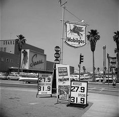 The Mobilgas station and Valley Plaza at Laurel Canyon and Victory in North Hollywood (ca. Drive In, California History, Southern California, Vintage California, Lakewood California, Pompe A Essence, Old Gas Stations, San Fernando Valley, Anos 60