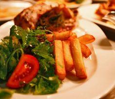 Gebraden kip gevuld met citroen, tijm en knoflook, dikke frieten, verse appelmoes en een fris slaatje
