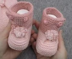 Baby Booties Made With Side Button Skewers The Booties of Knitted Short Sleeve Baby Cardigan Model I Warm Outfits, Classic Outfits, Trendy Outfits, Baby Cardigan, Crochet Bebe, Knit Crochet, Baby Booties, Baby Shoes, Preppy Trends