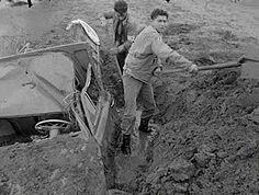 2 homes dégagent une voiture de la boue