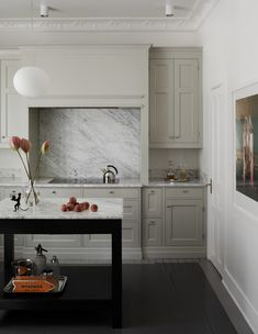 Beige kitchen - Over White And Grey Kitchens There's a New Neutral in Town – Beige kitchen Neutral Kitchen Cabinets, Beige Kitchen, Kitchen Cabinet Colors, Grey Kitchens, Luxury Kitchens, New Kitchen, Cool Kitchens, Kitchen Decor, Beige Cabinets