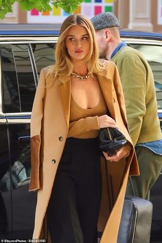 Rosie Huntington-Whiteley goes braless beneath a plunging camel coloured ensemble in NYC Top Models, Irina Shayk, Elegantes Outfit, Classy Outfits, Stylish Outfits, Winter Outfits, Celebrity Style, Street Style, Style Inspiration