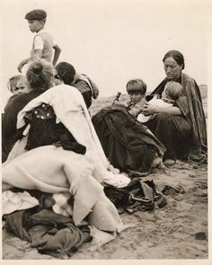 Playa de Hendaya, Francia. Refugiados que han huido de la guerra civil española por Irun en 1936. Shots of War: Fotoperiodismo Durante la Guerra Civil Española.